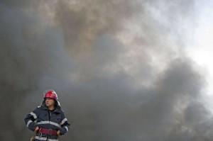 5d7b5_incendiu-la-o-hala-langa-arpechim-300x199