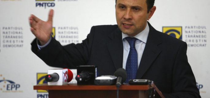 """Aurelian Pavelescu, candidat la Primaria Generala a Capitalei, sustine o conferinta de presa, in Bucuresti, joi, 15 mai 2008. PNTCD a cerut, joi, BEC si BEM sa sanctioneze PDL, sustinand ca sediul central al taranistilor a fost """"vandalizat"""", prin lipirea a 20 de afise electorale ale democrat-liberalilor pe gardul sediului central al partidului. RAZVAN CHIRITA / MEDIAFAX FOTO"""