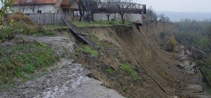 alunecare-teren-golesti-715x400